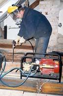 Holzschutzmittel wird injiziert